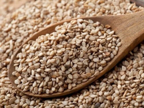 A spoon of sesame seeds.