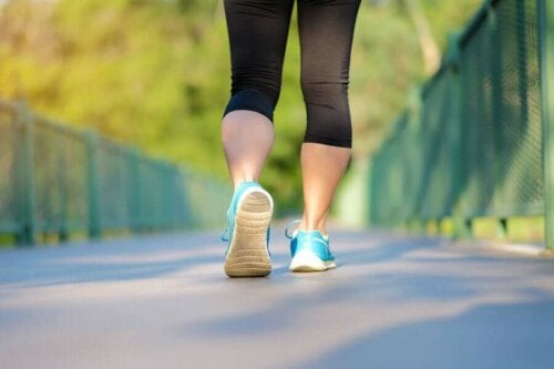 Woman walking, following the WaRu method to lose weight.