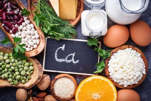 En mengde mat som inneholder mye kalsium.