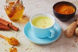 How to Fight Off a Cough with Pepper and Honey Tea