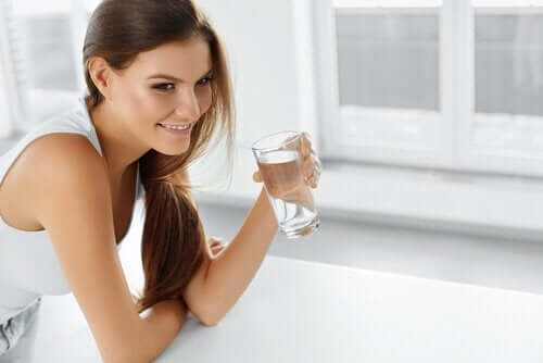 A woman avoids restrictive diet by drinking water
