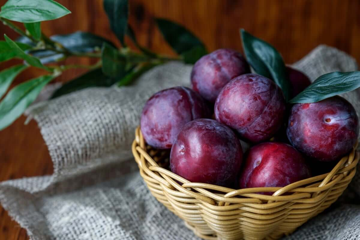 A bowl of purple plums.
