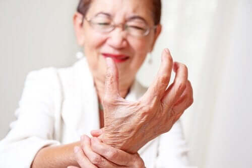 An adult woman with joint pain in the wrist.