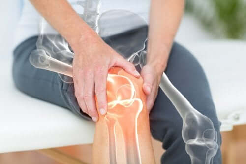 A woman holding her knee.