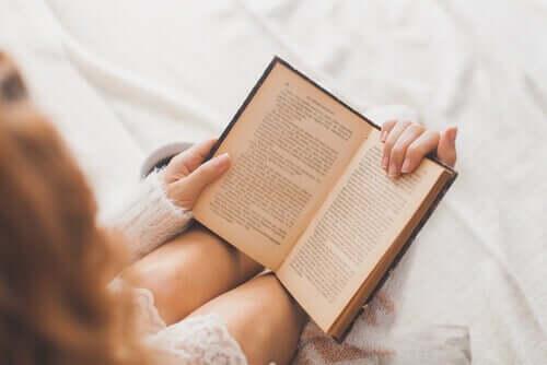 Kvinde læser en bog ved hjælp af teknikker til hurtiglæsning