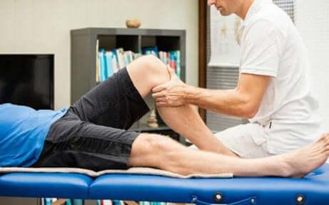 Mand giver massage