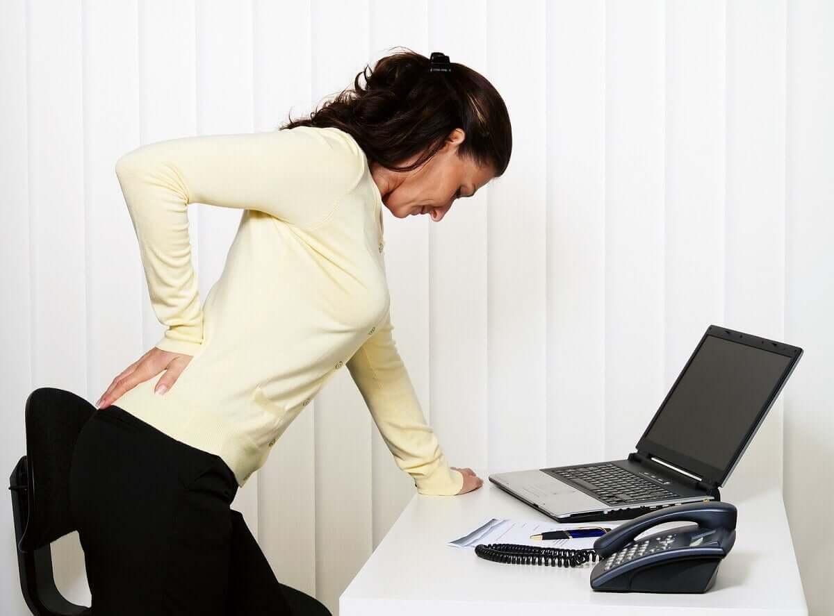 Blutsenkung - Frau mit Rückenschmerzen