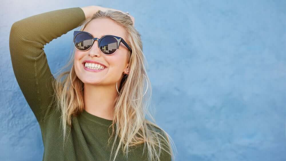 A woman with sunglasses.