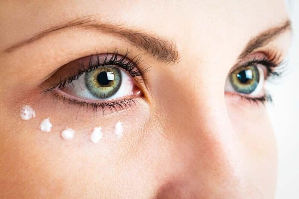 En kvinde med solcreme under øjnene