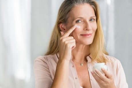 Anti-Aging-Cremes - Frau cremet sich ein