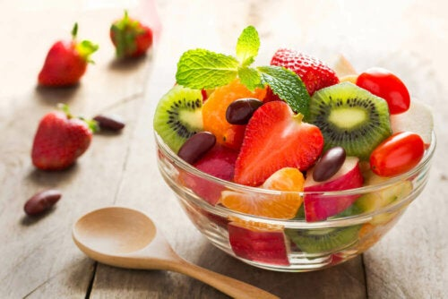bowl of chopped fruit: how to avoid excess food at Christmas