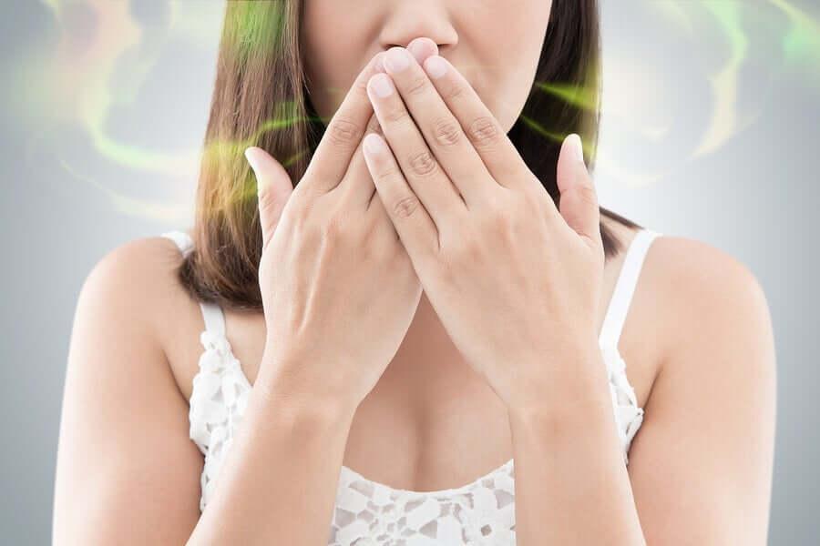 En kvinde med dårlig ånde