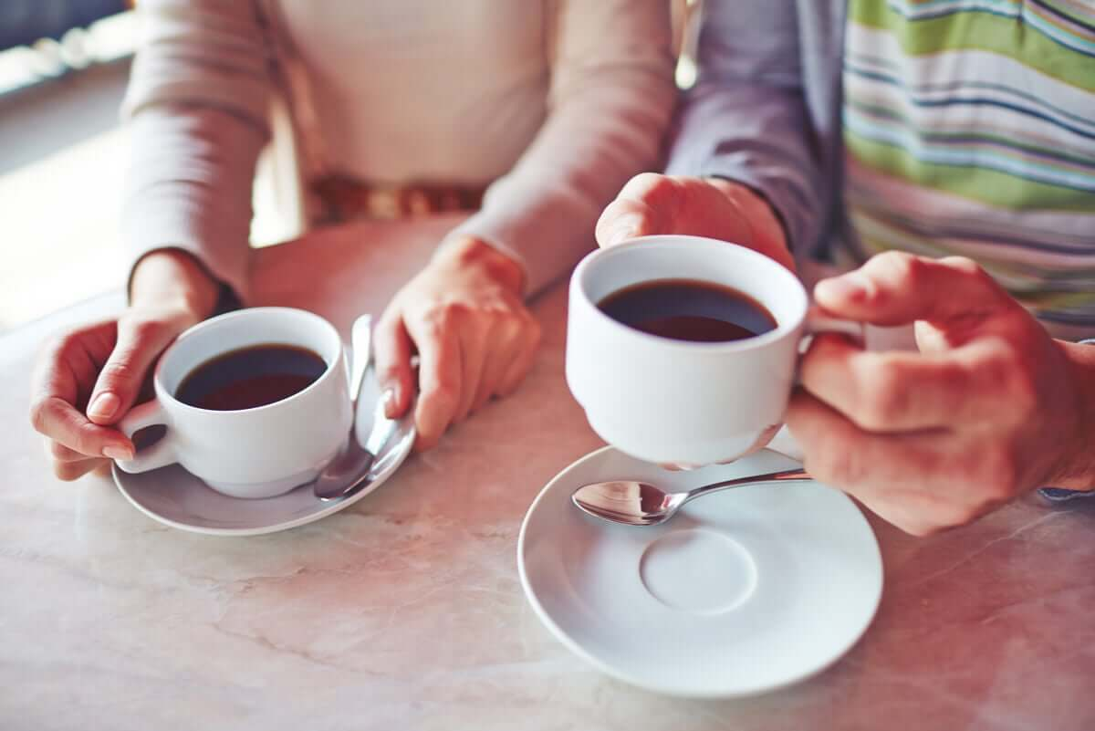 A couple drinking coffee.