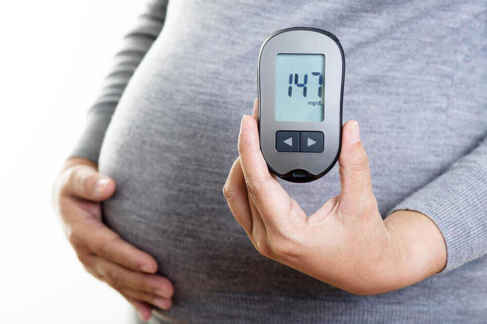 Kobieta w ciąży pokazująca poziom cukru we krwi w wieku 147 lat.