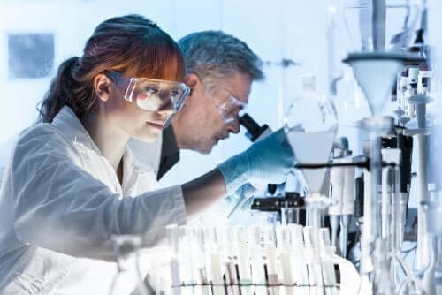 A woman and a man working in a laboratory.
