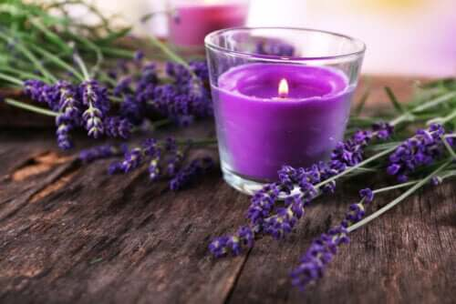 How to Make a Decorative Candle With Lavender Flowers