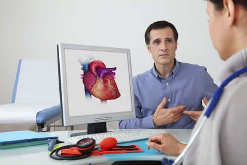 Erweiterung des Herzmuskels - Mann bei einer Ärztin