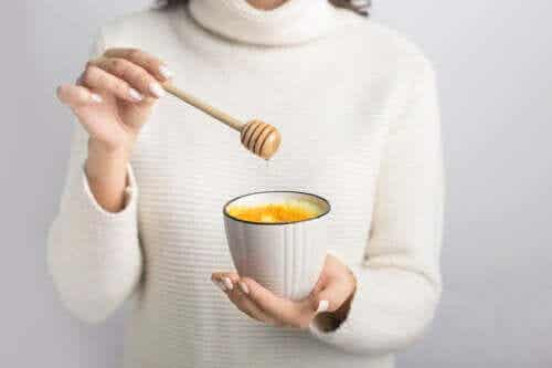 How to Cure a Sore Throat with Warm Water and Honey