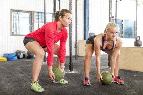 to kvinner i treningsstudioet med slamballer klare til lansering