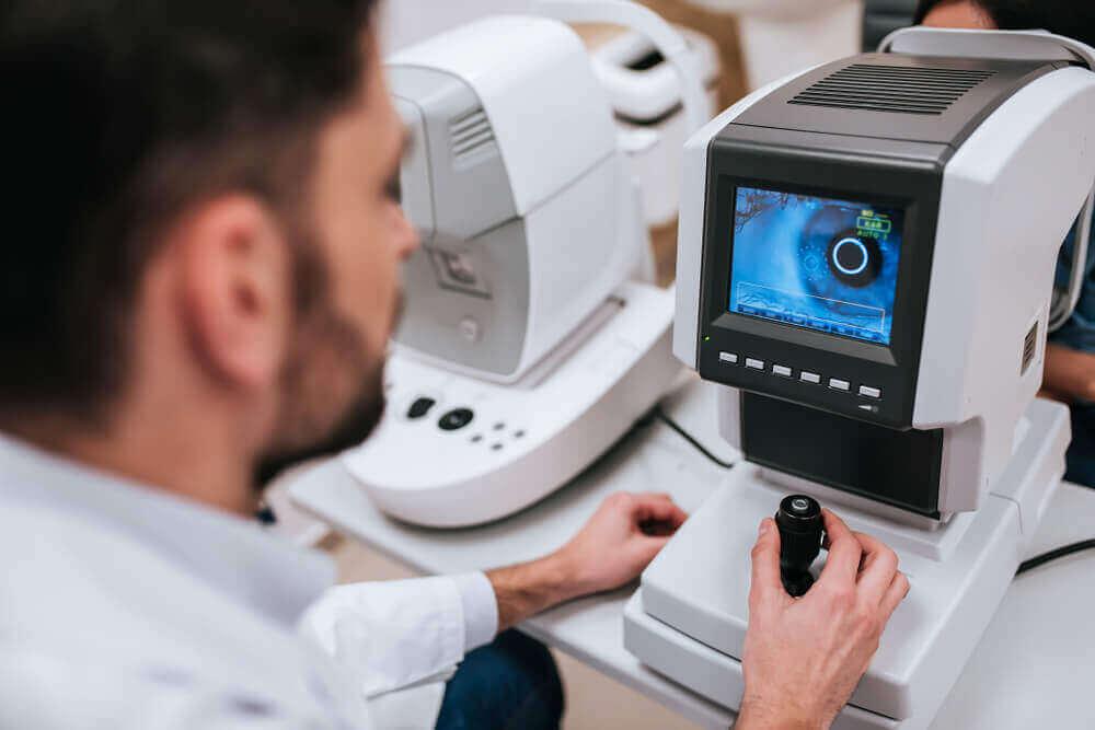 En lege som diagnostiserer et øyeproblem