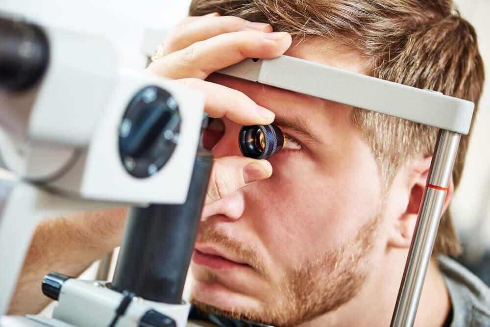 En mann får en øyeundersøkelse