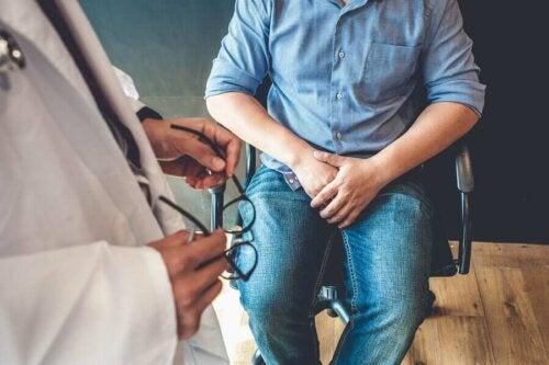 En mand snakker med læge om andropause