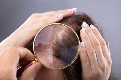 Kvinde tjekkes for gråt hår
