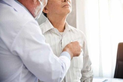 En lege som undersøker lungebetennelse.