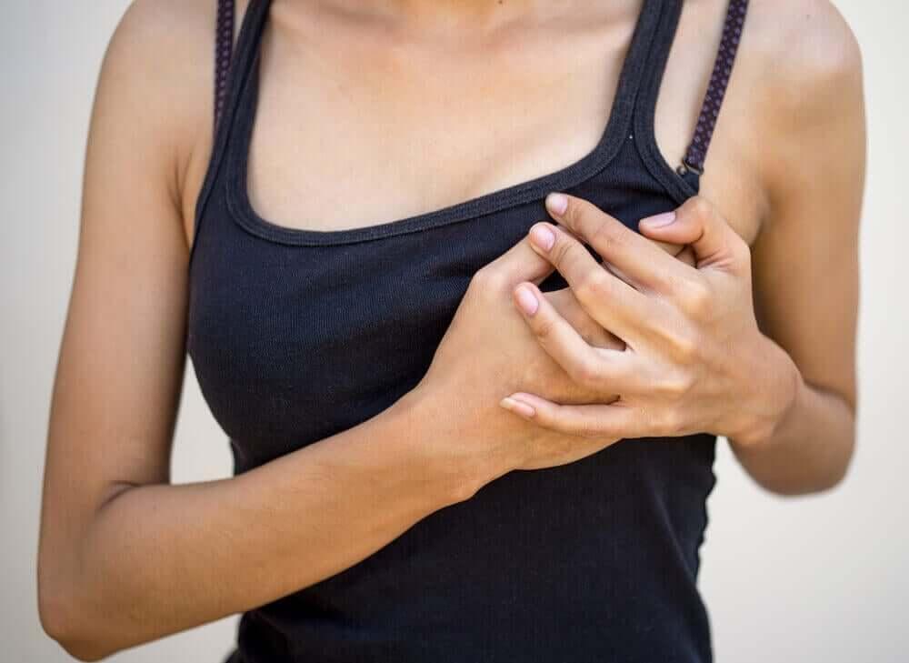 En kvinde oplever brystsmerter