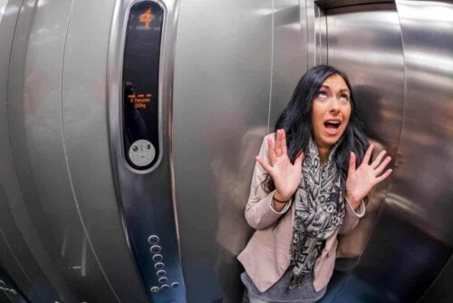 En kvinde går i panik inde i en elevator