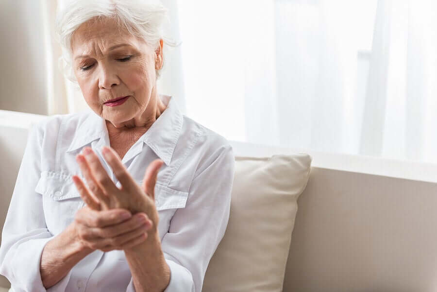 A woman with hand pain due to Reiter's Syndrome