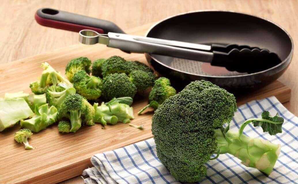 Lebensmittel gegen Lungenentzündung: Brokkoli und eine Pfanne.