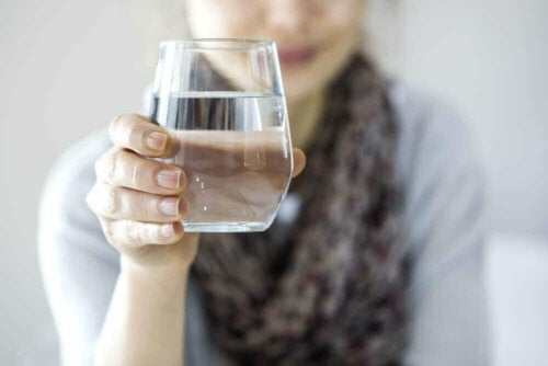 En person, der holder et glas vand