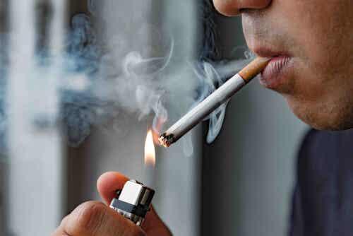 En person som røyker en sigarett.