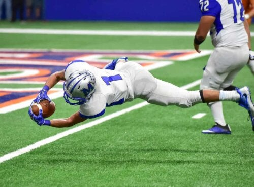 A football player catching the ball.