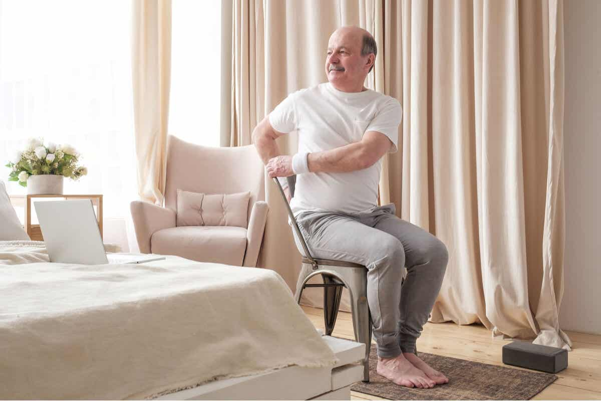 En mand i gang med siddende yogaøvelser