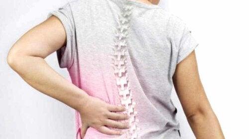 Ένα άτομο με πόνο στην πλάτη.