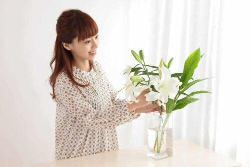 En kvinde arrangerer blomsterbuketter