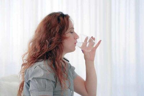 En kvinde, der drikker