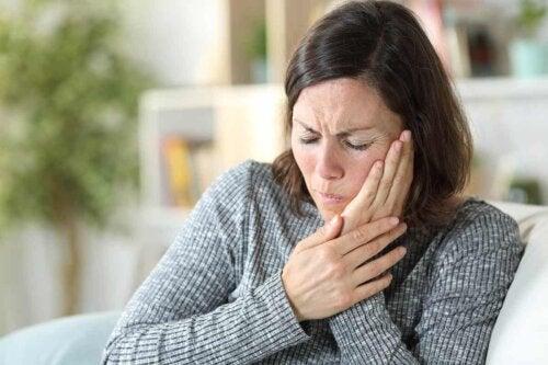 En kvinne med tannpine.