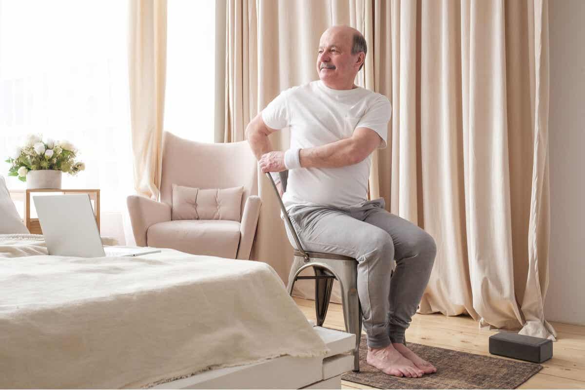 En eldre mann som gjør stolen yoga