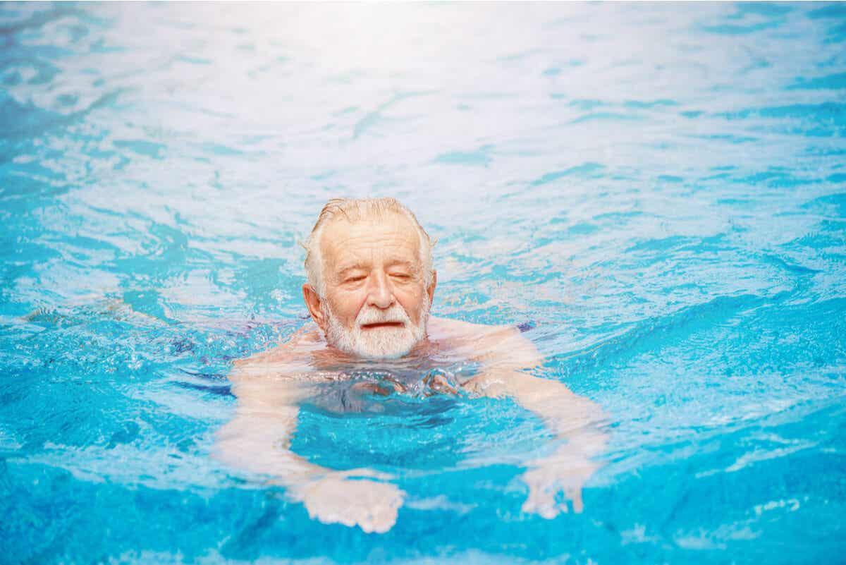 En eldre mann som svømmer