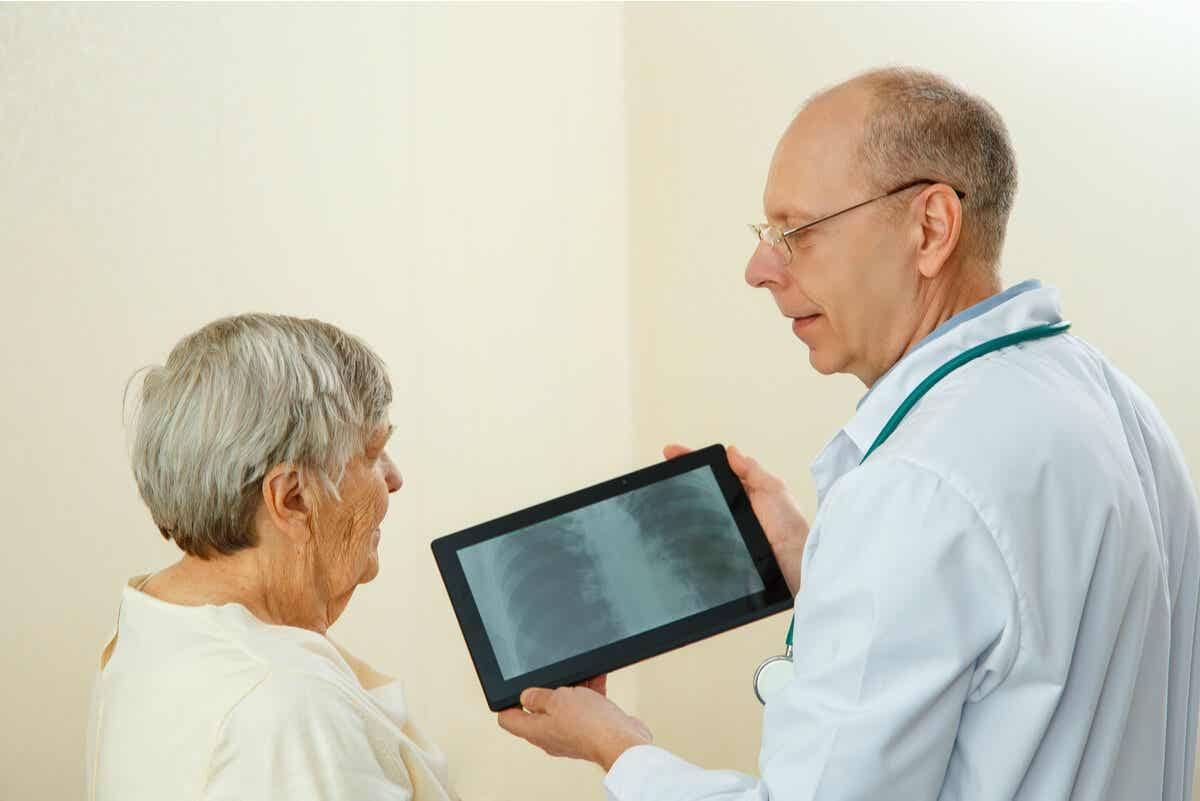 A woman discusses a scan with her doctor.