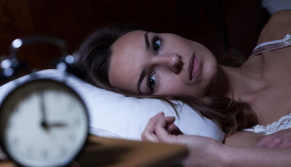 A woman who can't sleep due to burnout syndrome.