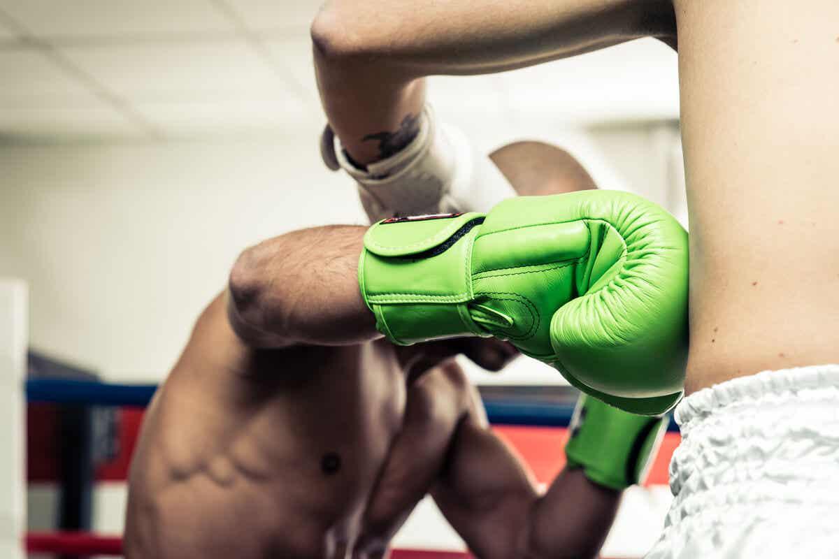 En mann som bokser