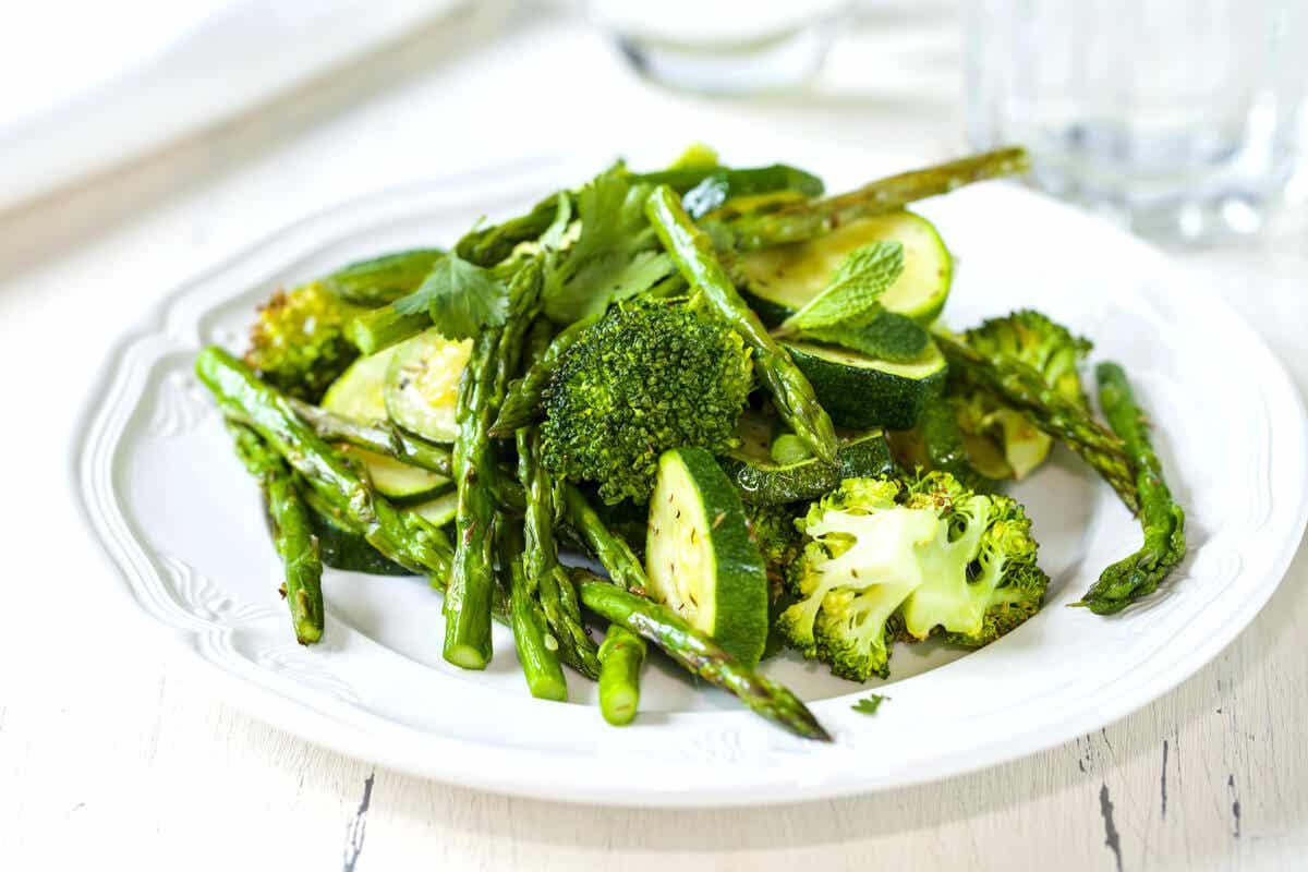 Ein Teller mit grünem Gemüse.