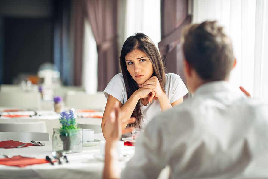 En kvinde, der tvivler på sin partner