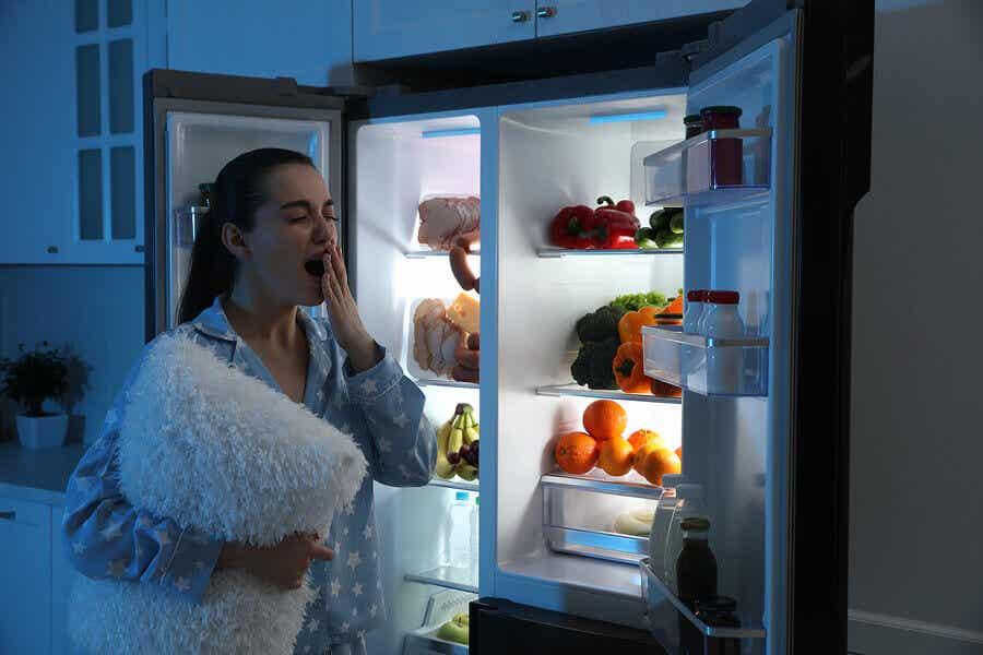 En kvinde, der spiser om natten