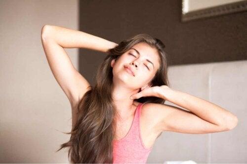 En kvinde, der strækker sig efter at være vågnet op