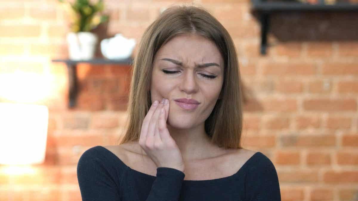 En kvinde med smerter i munden